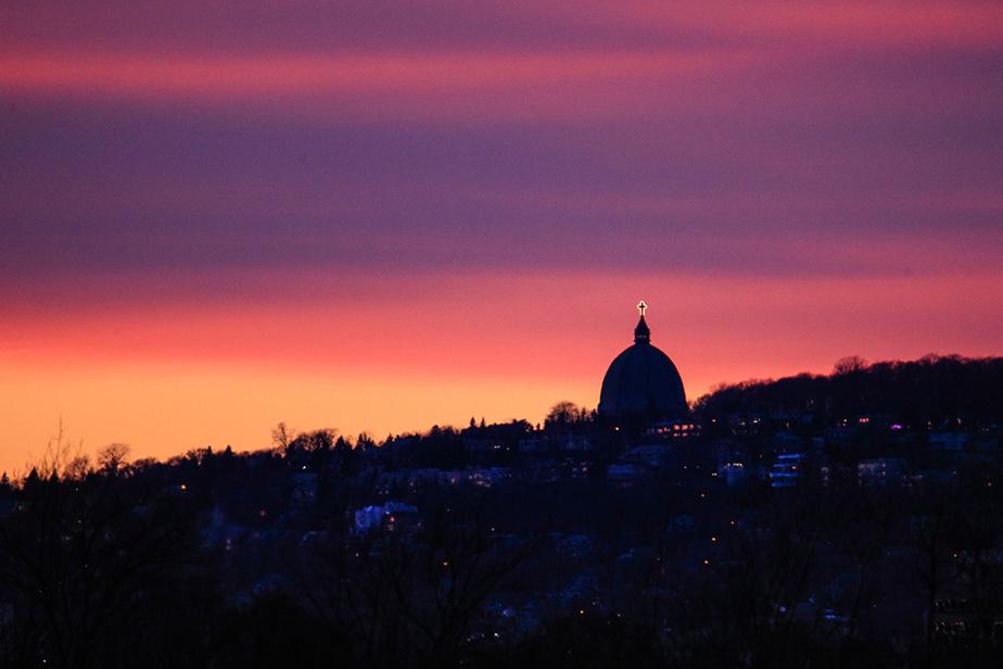 Le soleil se couche derrière l'oratoire Saint-Joseph.