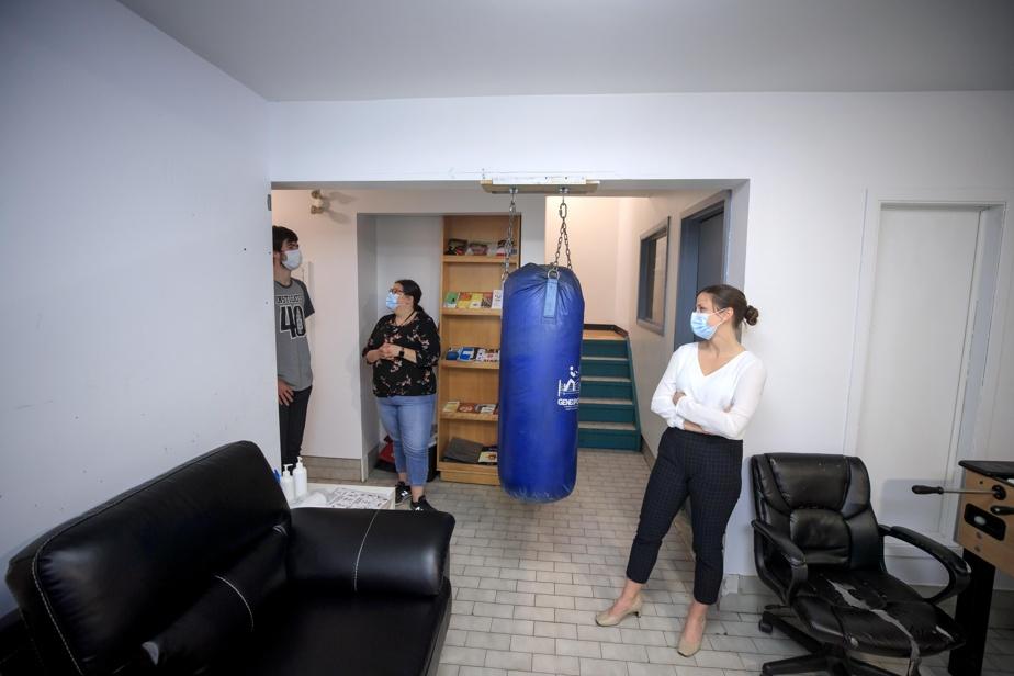 Au sous-sol, les résidants peuvent profiter de la télévision pour suivre les matchs de hockey du Canadien.