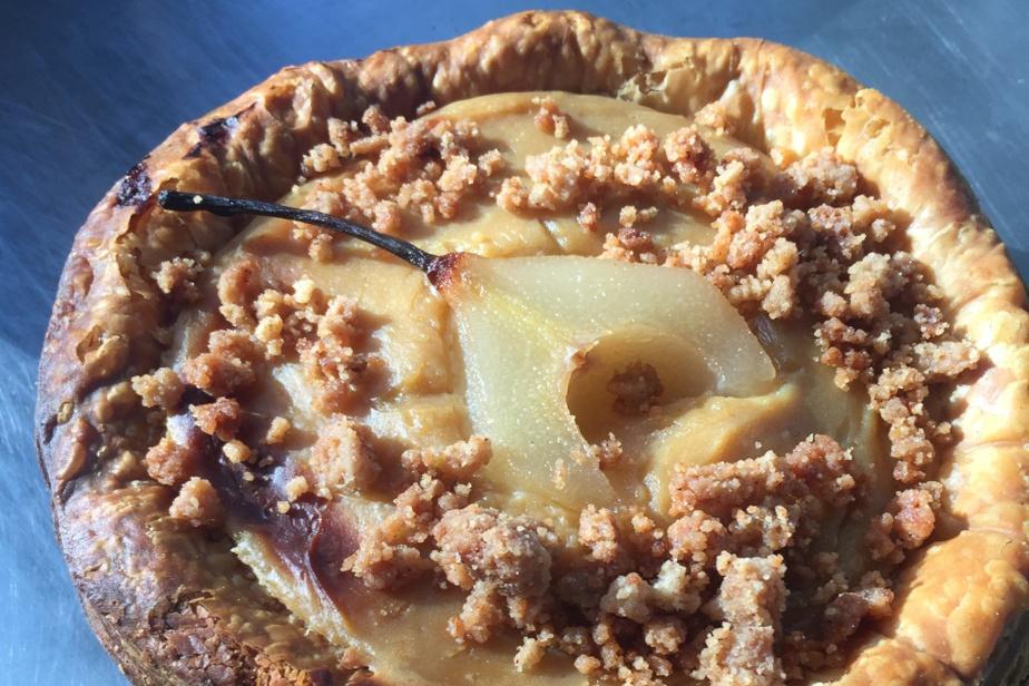 Flan tiède aux poires pochées, croustillant épices de Gabrielle Rivard-Hiller. Il est particulièrement délicieux «encore tiède à la sortie du four».