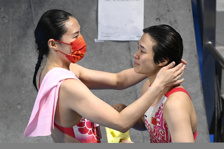 La Chinoise Shi Tingmao a remporté la médaille d'or au tremplin de 3 m. Elle est félicitée par sa compatriote: Wang Han, médaillée d'argent.