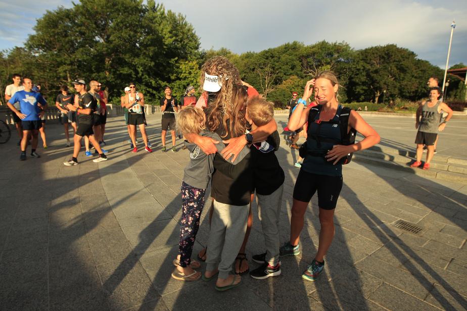 Ses trois enfants l'attendaient au sommet. Autre moment d'émotion pour l'ultramarathonien de 46ans.