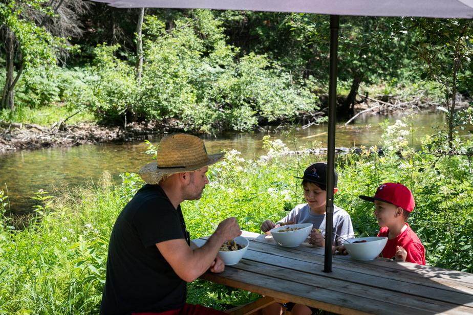 Lorsqu'il fait beau, on s'assoit bien entendu aux tables à pique-nique installées à côté du ruisseau.