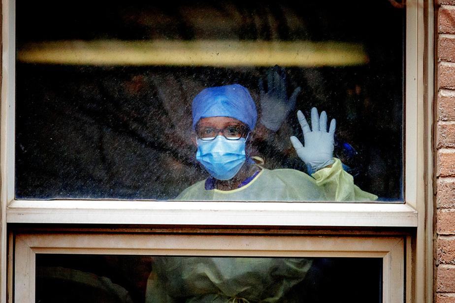 19avril2020. La solidarité à travers la fenêtre: une employée du CHSLD Yvon-Brunet salue notre photographe.