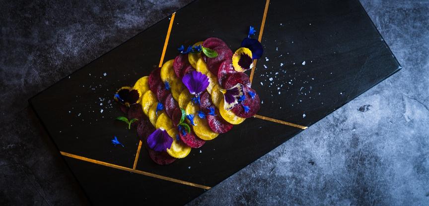 Carpaccio de betteraves jaunes et rouges, basilic, fleur de sel et huile d'olive