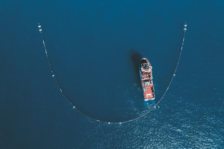 Vue aérienne du Système001, déployé par The Ocean Cleanup pour la première fois en2008