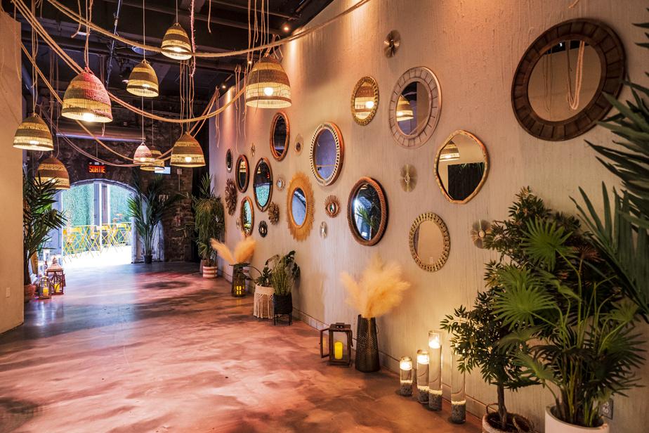 La déco peut rappeler à la fois le Tulum des belles années et le salon marocain.