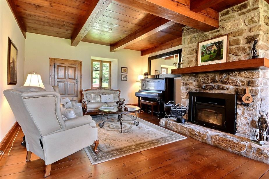 Cet imposant foyer au bois a été conservé dans le salon.
