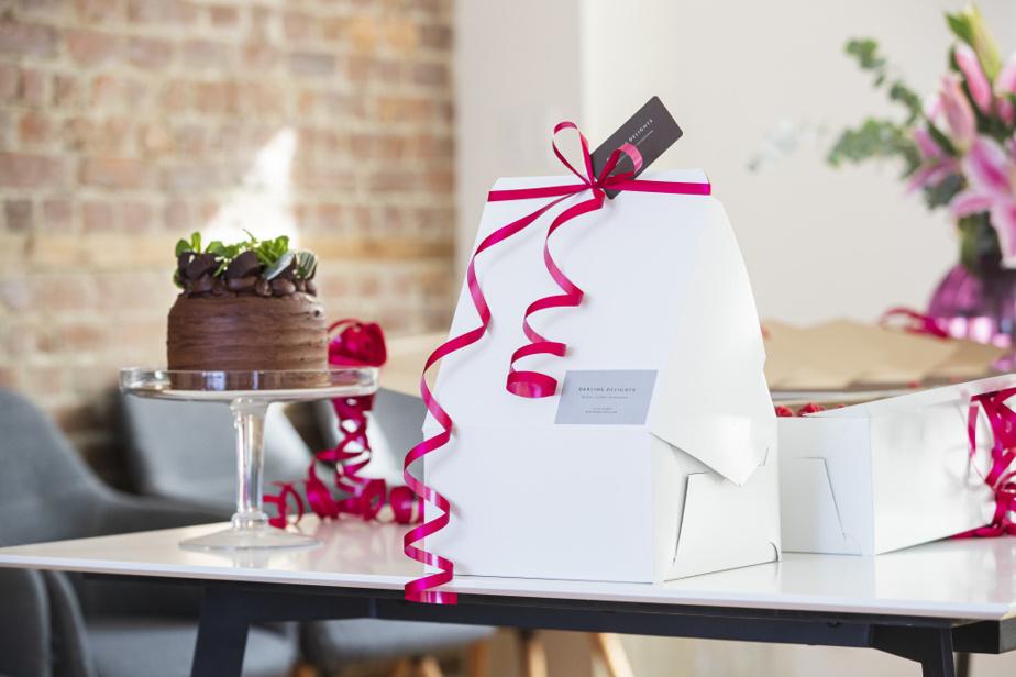 Pour éviter d'écraser ses précieuses créations, Cindy Wollenschlaeger fait parfois une petite maison avec deuxboîtes à gâteau en carton.