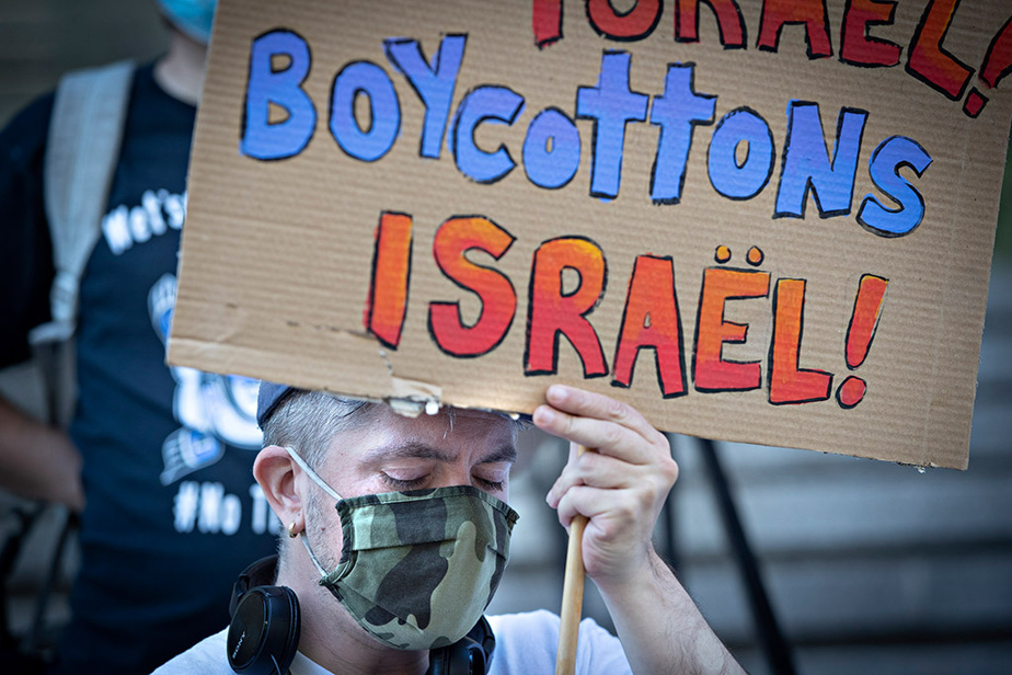 Des Montréalais palestiniens et juifs demandent au Canada d'imposer des sanctions à Israël lors d'une manifestation au centre-ville, le lundi17mai.