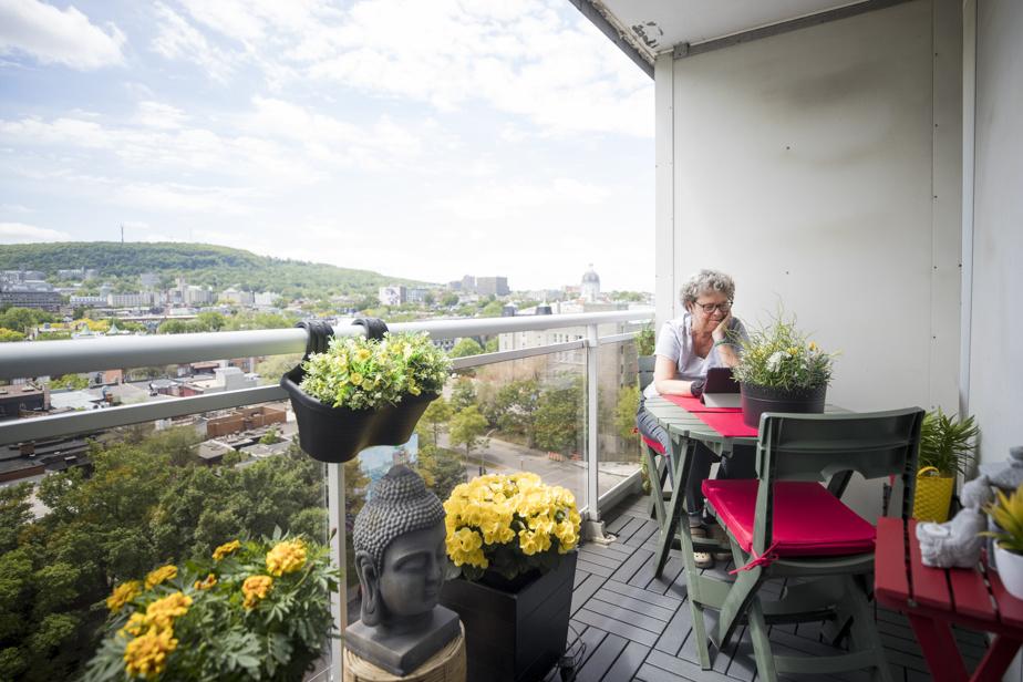 De son balcon, Lynda Dumais peut voir le le mont Royal et...