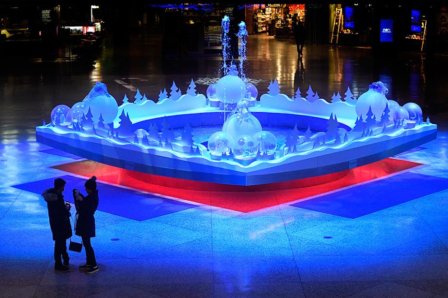 Bien qu'il ait été délaissé par les travailleurs et les touristes, le centre-ville a revêtu ses plus beaux atours pour la période des Fêtes, comme en témoigne la fontaine du Complexe Desjardins.