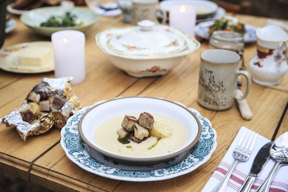 La soupe de pommes de terre avec sa garniture de poireaux et lardons