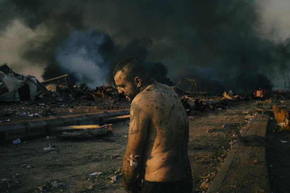 Le 4août2020, l'explosion de 2750tonnes de nitrate d'ammonium a secoué le port de Beyrouth. Au moins 190personnes ont été tuées et 6000blessées, dans un pays déjà mis à mal par une crise économique. Cette image d'un homme blessé dans le port est sélectionnée pour la photo de l'année et fait partie d'une série de photos de l'évènement en lice dans la catégorie «Instantanés d'actualité».