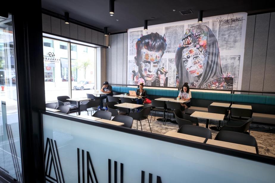 Une œuvre murale de l'artiste montréalaise Stikki Peaches apporte du tonus à l'élégant décor du café 49th Parallel.