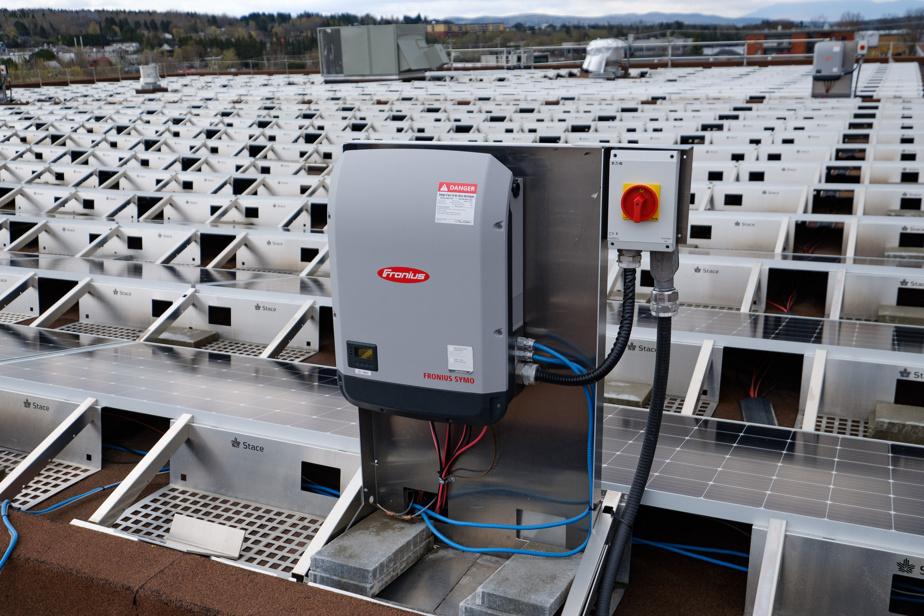 L'ondulateur convertit le courant continu (DC) des panneaux en courant alternatif (AC), utilisable dans le réseau.