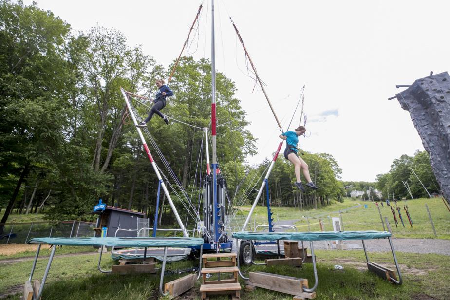 Le trampoline-bungee permet de faire des bonds en l'air en toute sécurité.