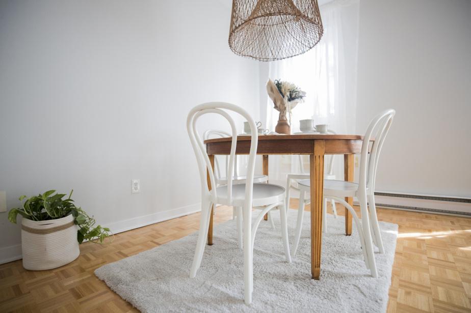 Le luminaire en osier, payé 250$, tombe au-dessus de la table ronde.