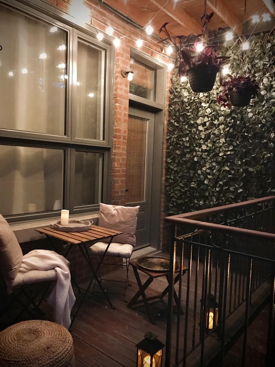 Certains balcons se démarquent des autres simplement parce que leurs occupants ont fort bon goût! Vanessa Agenor a acheté l'essentiel de ses meubles de jardin chez IKEA, mais tous les extras (son pouf en jute, son treillis feuillu et l'éclairage tamisé) créent un look chaleureux. C'est invitant et accueillant.