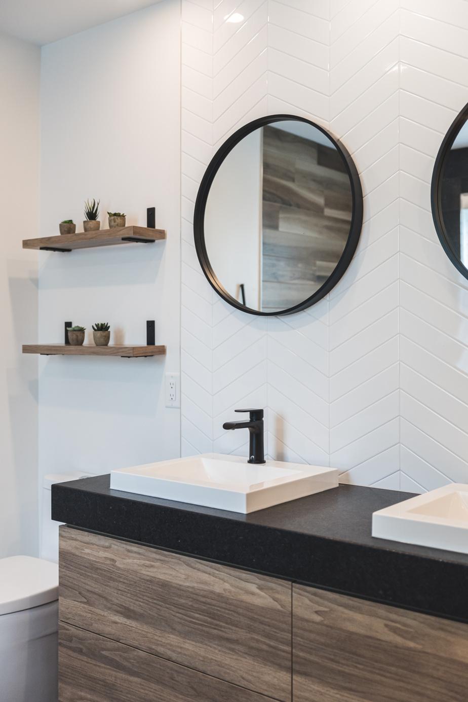 Fidèle à son habitude, Claudia Bérubé a privilégié des produits d'entreprises établies au Québec, que ce soient les robinets au fini noir mat (H2flo), les lavabos et la toilette (Neptune), ainsi que la mélamine (Tafisa) et le comptoir du meuble-lavabo en granit Noir Cambrian (Polycor).
