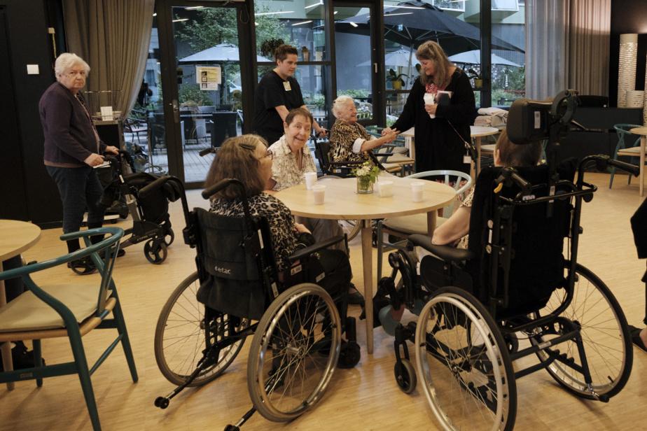 Même les résidants en très lourde perte d'autonomie ont accès à ces 30minutes de soins supplémentaires par semaine. «On discute avec les familles pour voir ce qu'elles souhaitent pour leur proche», dit MmeHald.