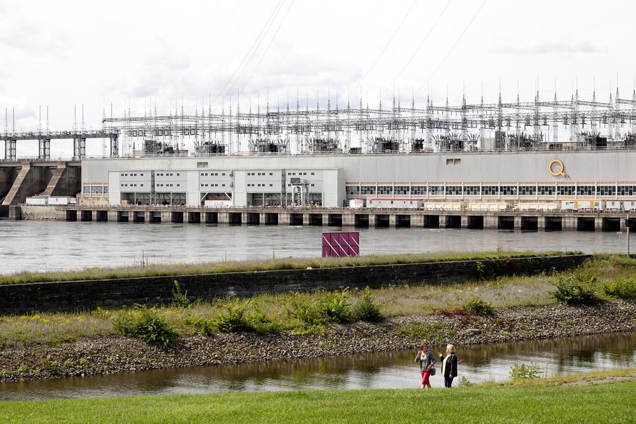 La centrale hydroélectrique de Carillon peut être visitée, sur rendez-vous. L'écluse est fermée aux visiteurs, mais on peut néanmoins observer, de la berge, les bateaux qui s'y engagent.