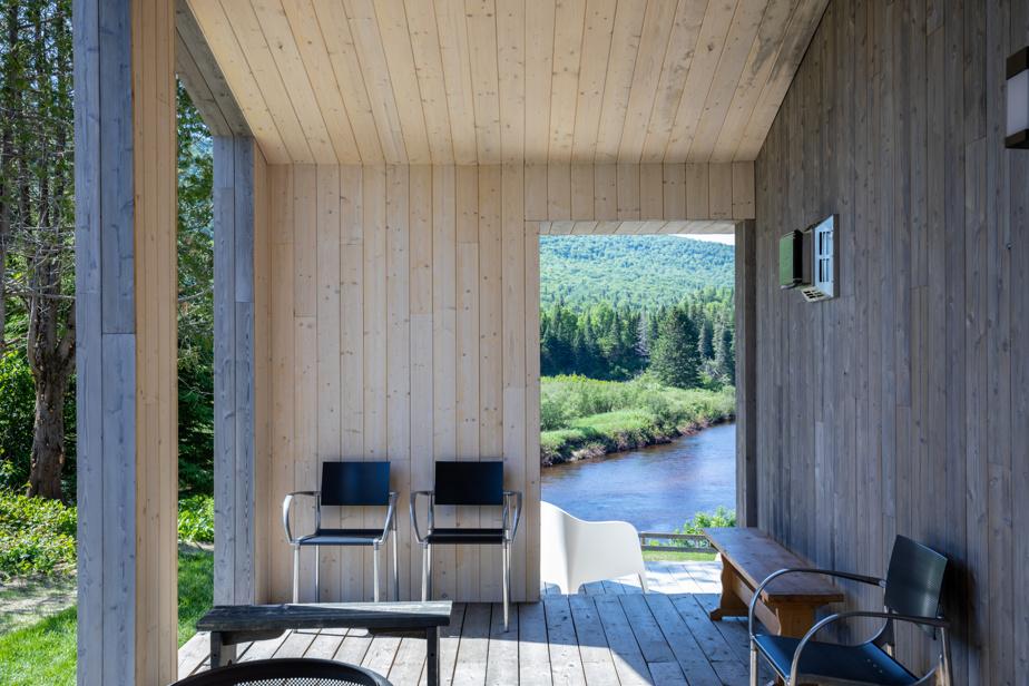 On a aménagé un petit coin feu au gaz à côté de l'entrée de la maison. Les ouvertures créent un effet de cadre pour admirer le paysage.