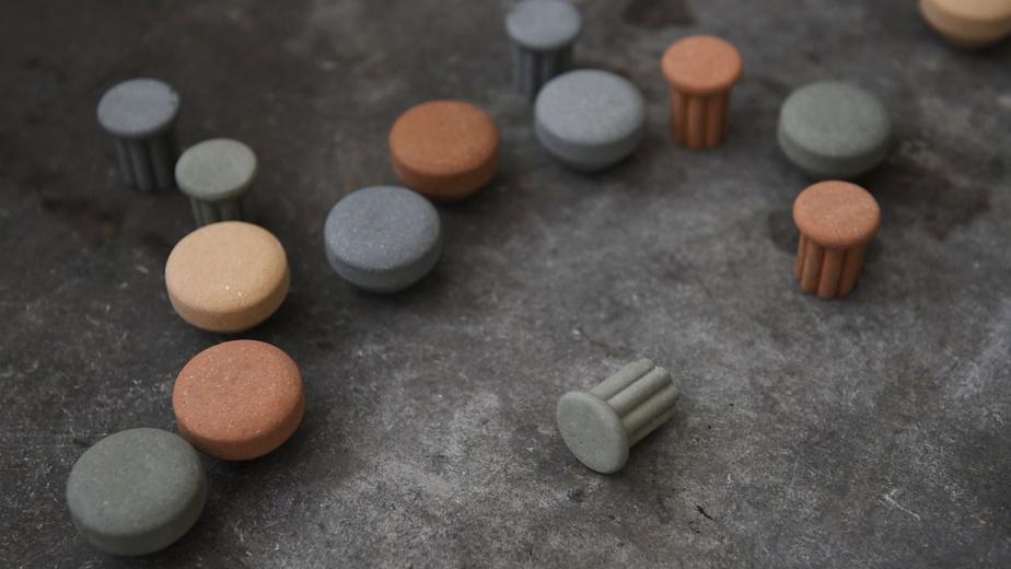 La collection comprend trois modèles de boutons et de poignées de porte en argile aux teintes pastel.