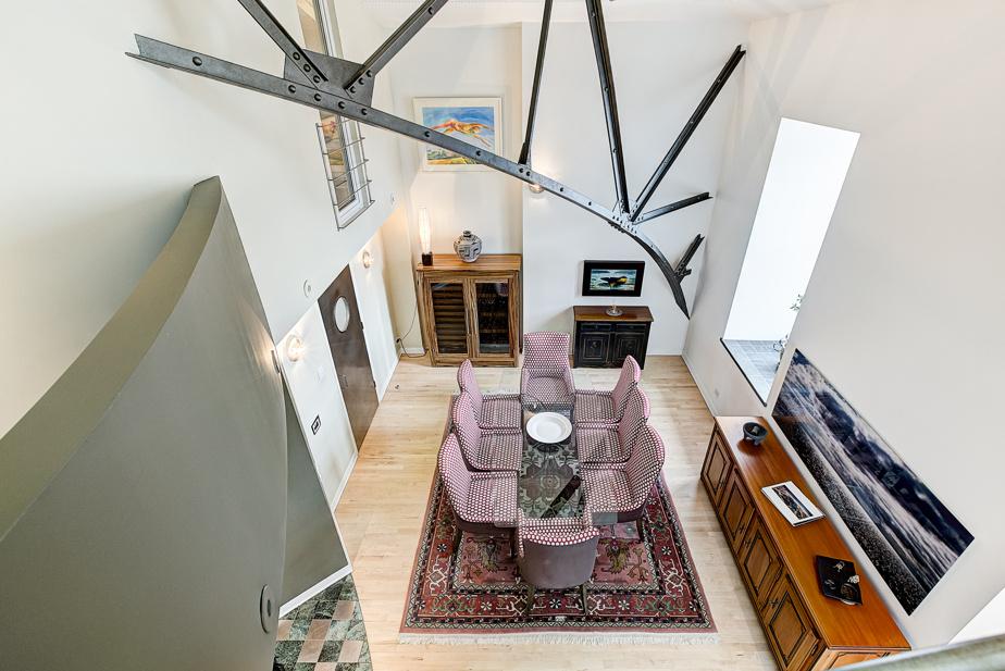 Il offre des volumes impressionnants grâce à ses plafonds de plus de 20pi.