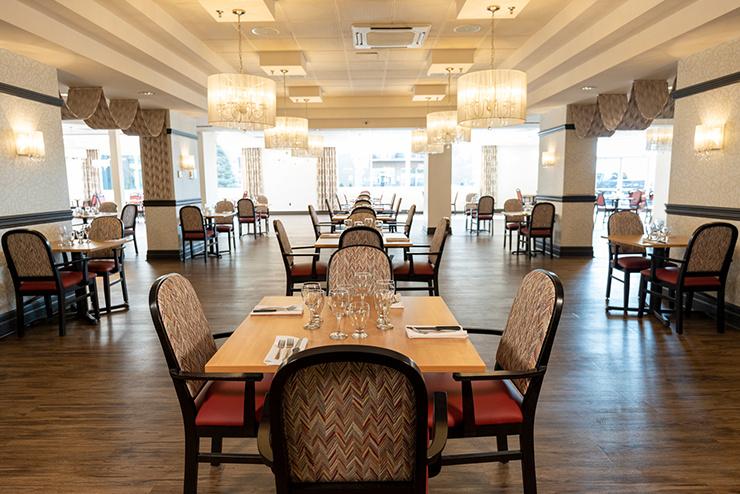 La salle à manger où sont servis des repas raffinés préparés par un chef