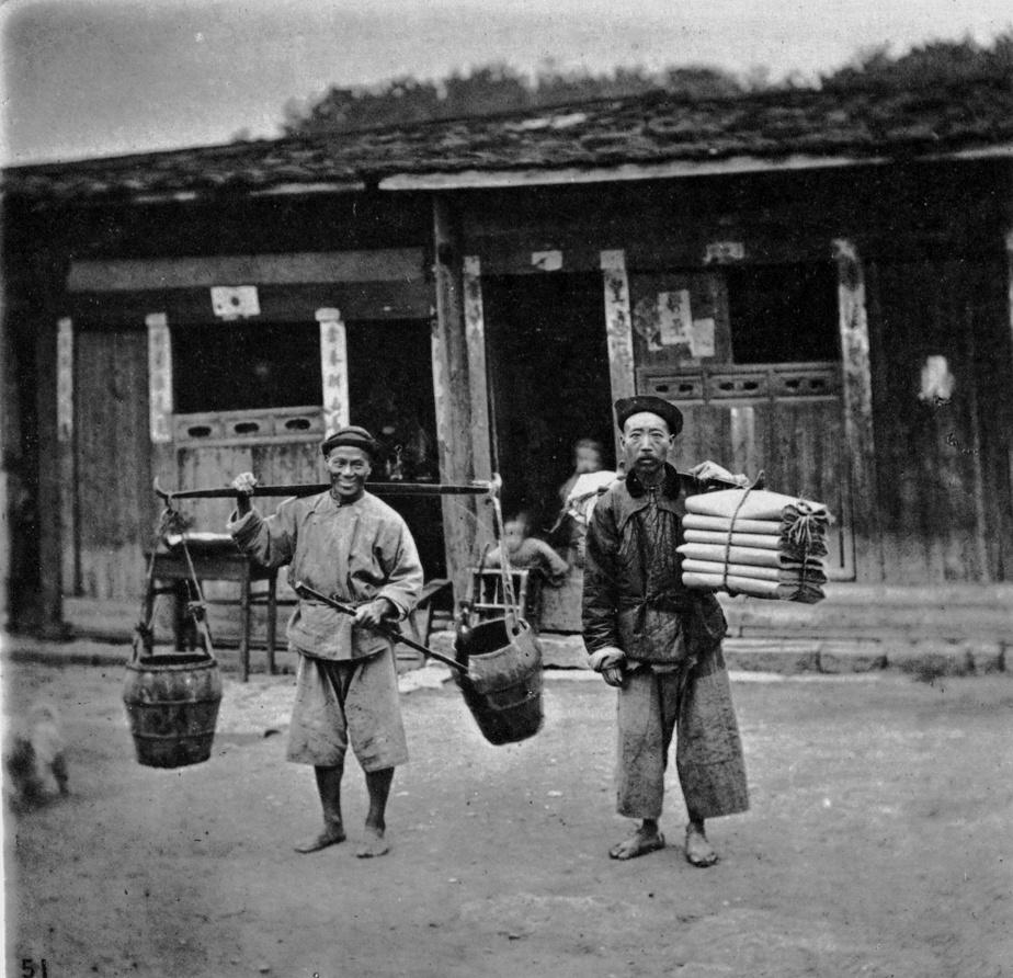 Une taxe par tête Une fois le ruban du nouveau chemin de fer coupé, le gouvernement fédéral a remercié les ouvriers chinois… en leur imposant une taxe discriminatoire. Chaque ouvrier qui voulait s'installer au pays à plus long terme devait payer 50$. Une somme importante à l'époque. Mais puisque le subterfuge pour faire fuir les Chinois ne fonctionnait pas, ils ont maintes fois majoré la somme, qui a atteint 500$ en 1903, soit l'équivalent de deux ans de salaire. En dépit de tout ça, entre 1885 et 1923, 82000 Chinois se sont installés au pays et ont rapporté 23millions de dollars au Trésor canadien. Les victimes de cette règle ont dû attendre jusqu'en 2006pour recevoir les excuses du gouvernement canadien et une compensation. Sur la photo: des coolies chinois, à la fin du XIXe siècle.