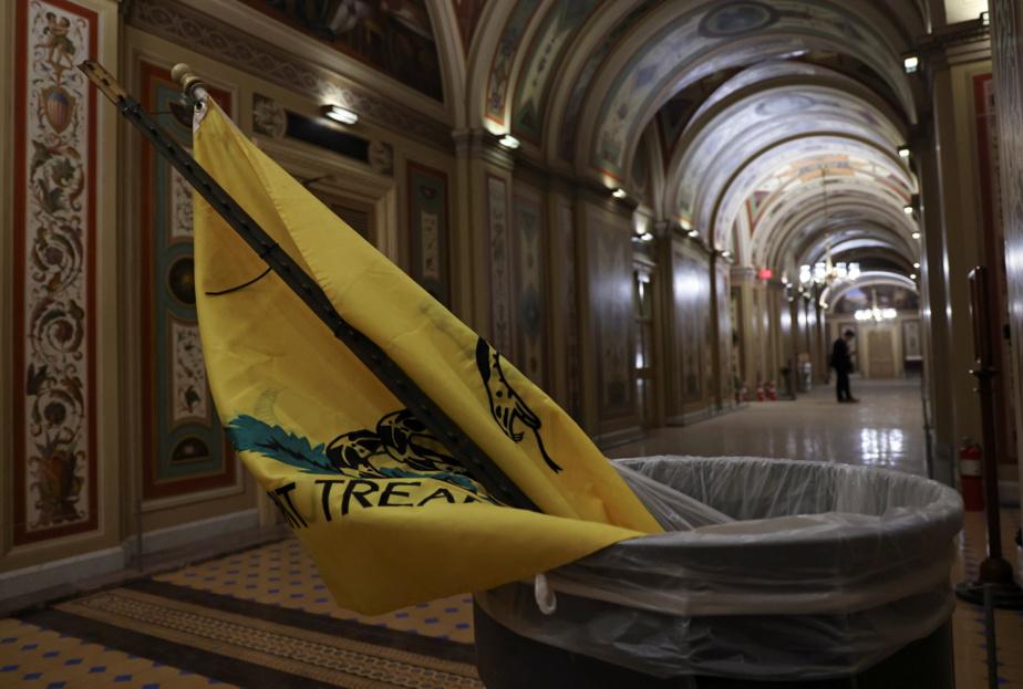 Un drapeau laissé dans une poubelle du Congrès américain au lendemain de l'assaut mené par les partisans de Donald Trump, le 6 janvier dernier.