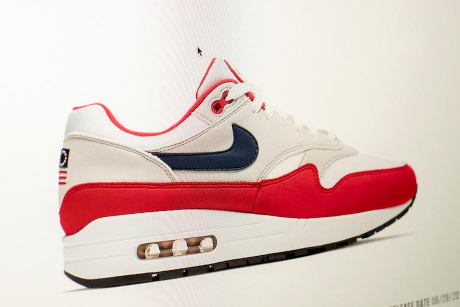 release date so cheap detailed images Nike retire un modèle frappé d'une ancienne version du drapeau ...