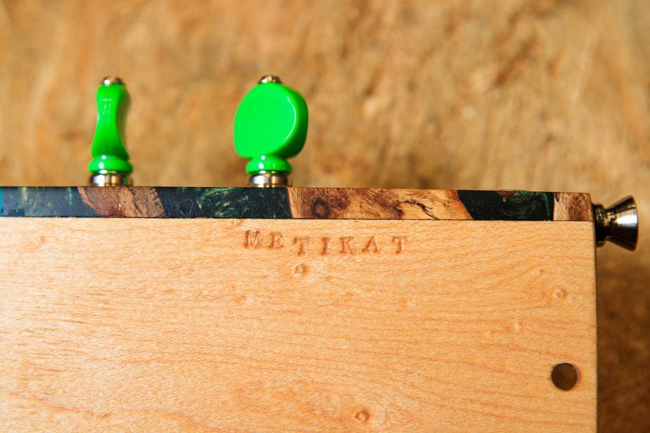 Gravée sur chaque ukulélé, l'inscription «me tikat» signifie «doucement» en innu.