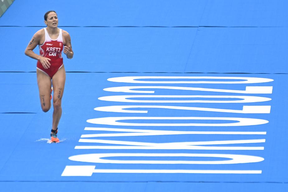 Amélie Kretz termine son épreuve de triathlon.