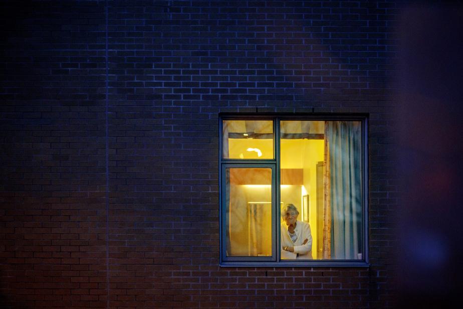 20avril2020. Une résidante du CHSLD Joseph-François-Perrault, à Montréal, veille à la fenêtre. Aux prises avec plusieurs cas de COVID-19, la métropole est dans la tourmente.