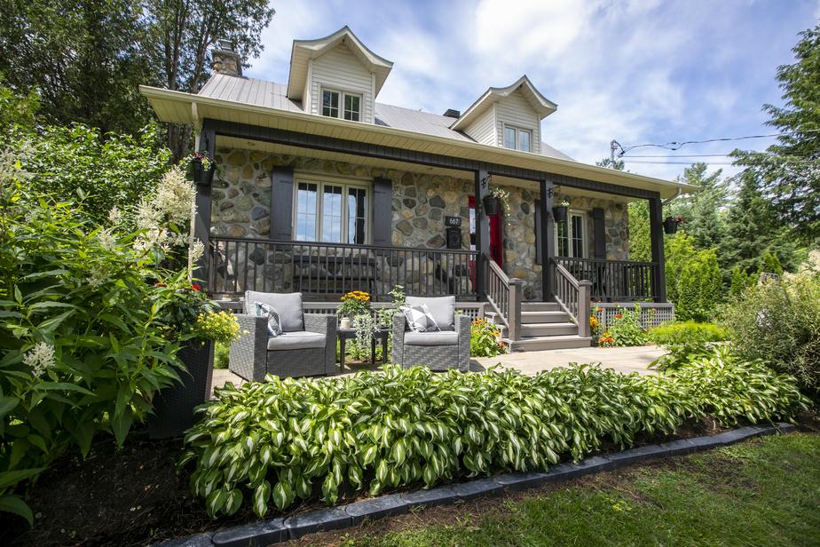Les propriétaires prennent soin de leur maison et de leur grand terrain depuis 2004.
