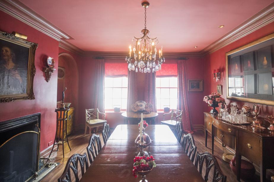 Anciennement, la salle à manger était d'un blanc… désespérant, selon la propriétaire. Elle a entrepris de lui donner du caractère et de l'effet avec des couleurs riches et chaudes.