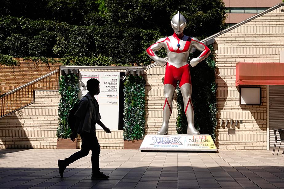 Ultraman semble veiller sur les résidants du quartier Sunshine City, à Tokyo.