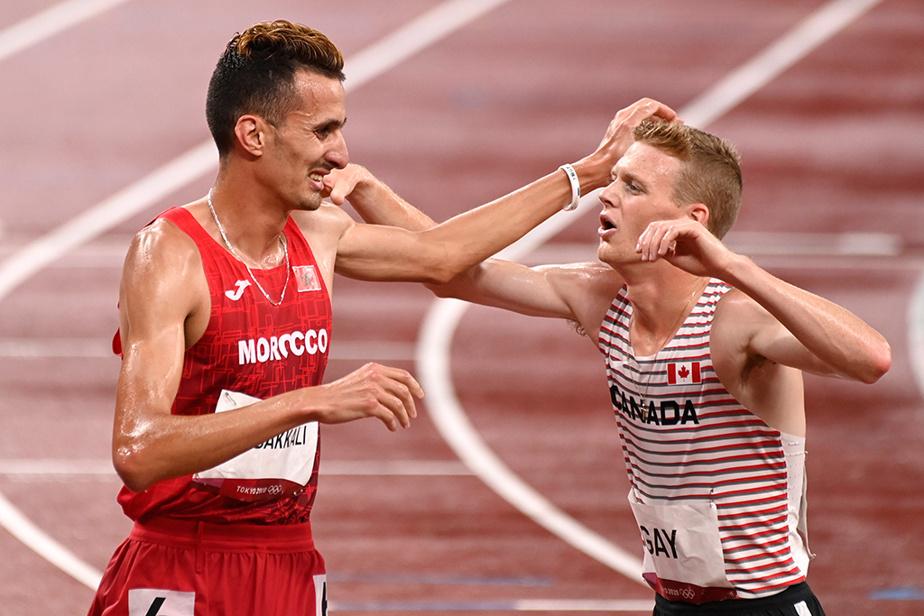 Le Canadien John Gay félicite le vainqueur du 3000m steeple masculin, le Marocain Soufiane el-Bakkali.