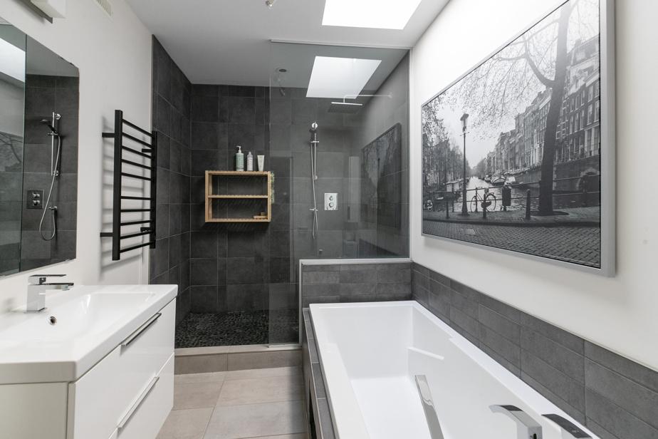 Cette salle de bains d'une élégante simplicité accède directement à la chambre principale.