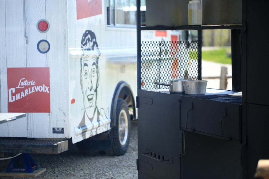 Le camion de rue sera sur place durant toute la saison estivale, et on peut déguster son repas dans le champ adjacent.