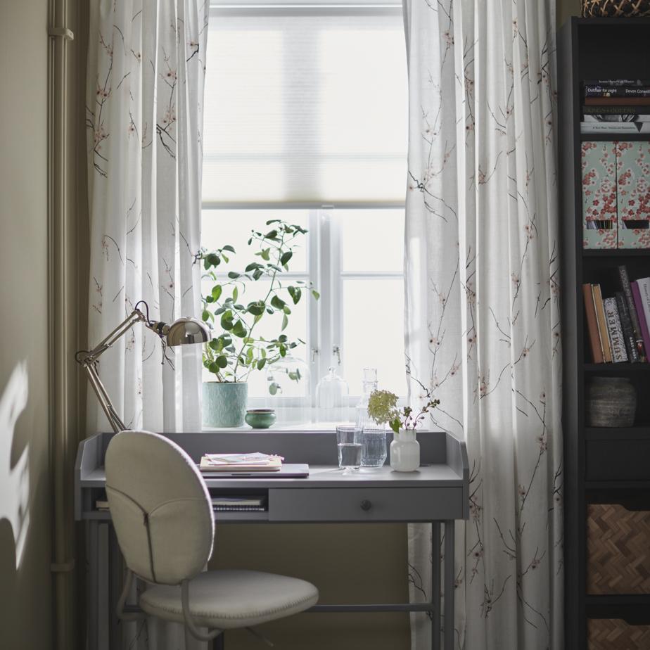 S'entourer d'objets que l'on aime stimule la créativité, fait remarquer Heena Saini, d'IKEA Canada. Quand on s'approprie un espace et que l'on exprime sa personnalité en disposant ses choses préférées près de soi, cela apporte de la joie. Quelques accessoires originaux, des plantes ou une chandelle, par exemple, aident à bien se sentir et à être positif.