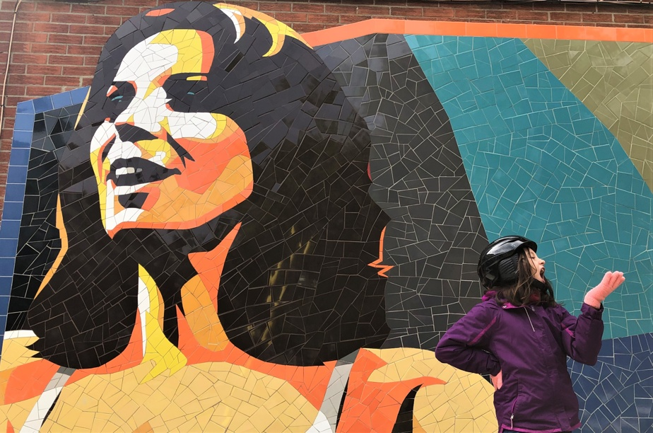 Cette mosaïque à la mémoire de la chanteuse Renée Claude est toute récente. Elle a été réalisée l'été dernier par Laurent Gascon, à l'intersection des rues Ontario Est et Florian.