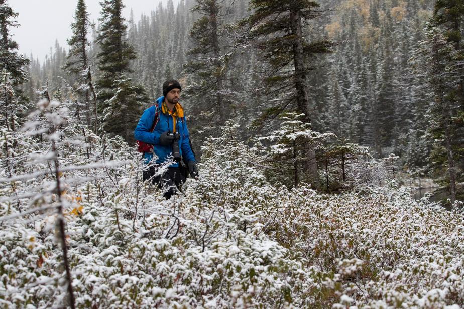 Notre guide, David Béland, nous avait prévenus: «On peut voir les quatre saisons dans la même journée. Vous devez prévoir du matériel pour toutes les situations.» La randonnée de quatre heures nous mène sur un sentier laissé à l'état brut.