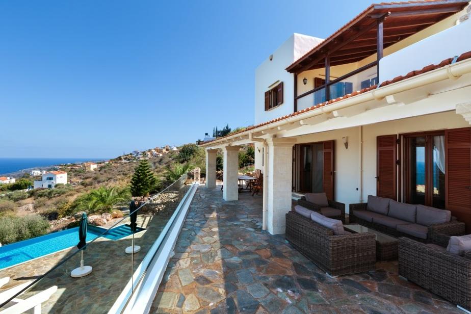 On note la disposition intéressante des spacieuses terrasses, situées à l'étage, au rez-de-chaussée et en contrebas.