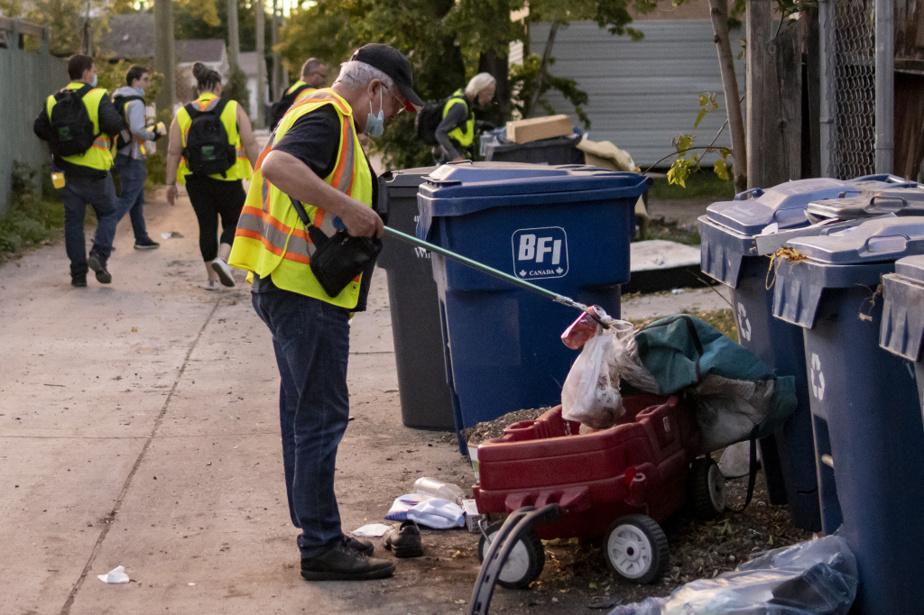 Le bénévole Rob Shaw fouille dans les poubelles d'une ruelle, à la recherche de seringues souillées. La Bear Clan Patrol ne fait pas que ramasser des seringues; elle se veut une présence rassurante pour les résidants des quartiers. Il faut être sur le terrain, explique le directeur, Kevin Walker. «Vous n'allez rien voir derrière un bureau. Vous allez tout voir de la rue.»