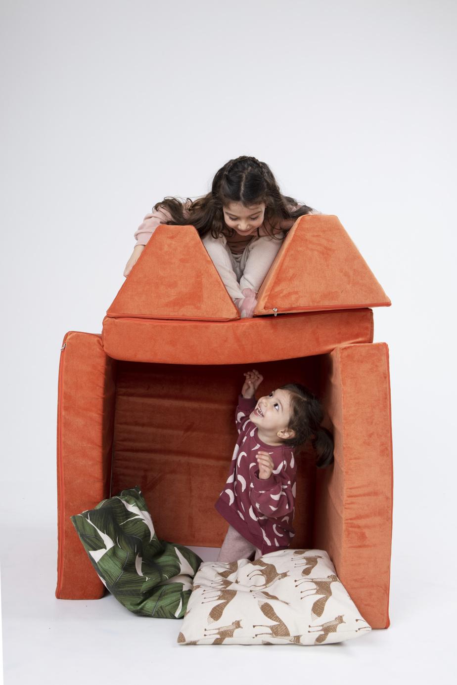 Les modules du canapé peuvent servir à faire des cabanes.