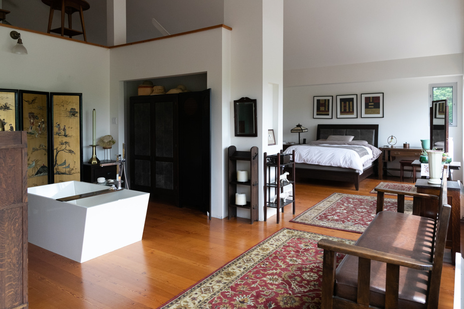 La chambre principale est ouverte sur la salle de bains et une mezzanine, que l'on devine ici en haut à gauche.