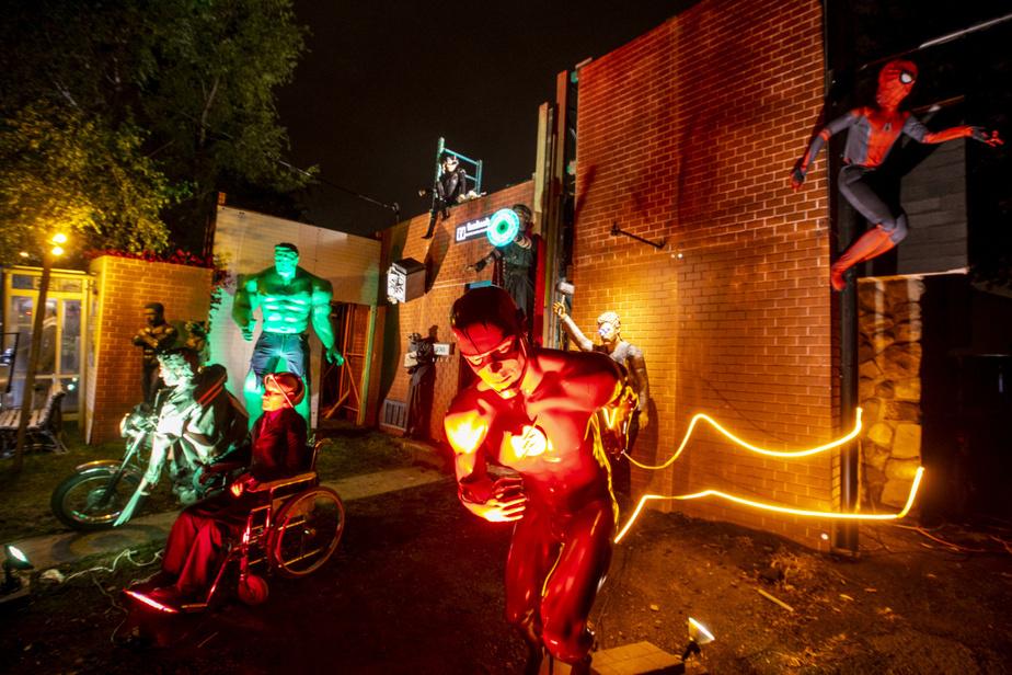 L'ultra rapide Flash mène la charge suivi de ProfesseurX, Wolverine, Black Panther, Rocket, Hulk, Catwoman, Thor etSpider-Man.
