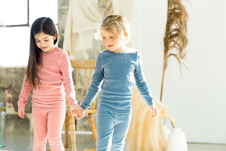 La marque maison de RoboKidShop, Coccoli, propose de son côté des pyjamas aux irrésistibles motifs et coloris, sur diverses thématiques comme fruits d'automne, camping dans les bois, village d'Islande, nuits d'hiver et temps des Fêtes, dans des matières douces et confortables comme le Tencel ou le coton bio, pour favoriser de longues nuits de sommeil! Offert en ligne et dans certaines boutiques indépendantes comme Clément.